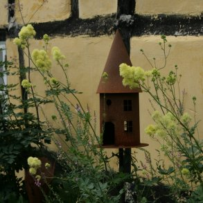 Lanterner, fuglehuse og fuglebade
